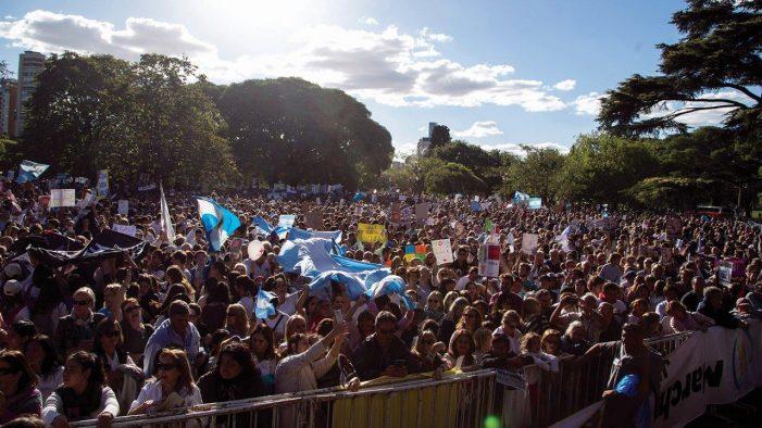 """Argentina: Batalha vitoriosa numa """"guerra religiosa"""" que não terminou"""
