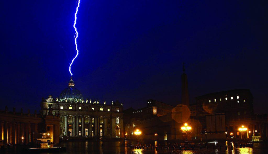 Foto do raio que atingiu a Basílica de São Pedro horas depois de o Papa Bento XVI anunciar sua renúncia ao Pontificado