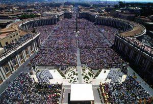 Praça de São Pedro no dia da canonização do Padre Pio