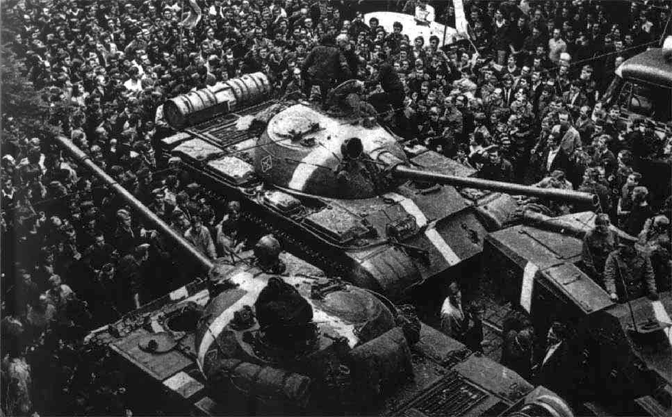 Tanques soviéticos na invasão de Praga em 1968