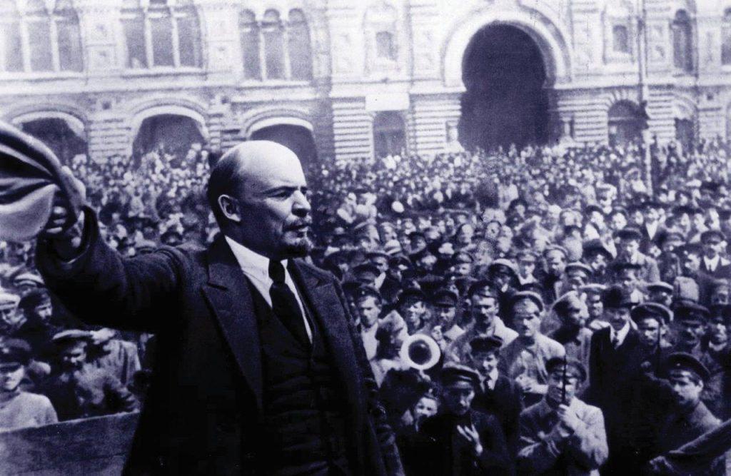 Lenine voltou à Rússia com apoio do governo alemão, para liderar a revolução comunista e sepultar o império Romanov.