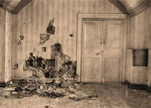 O sinal da brutal violência aplicada no crime ficou palpável nas paredes do porão e nas joias quebradas que as princesas tinham escondido costuradas em suas roupas.