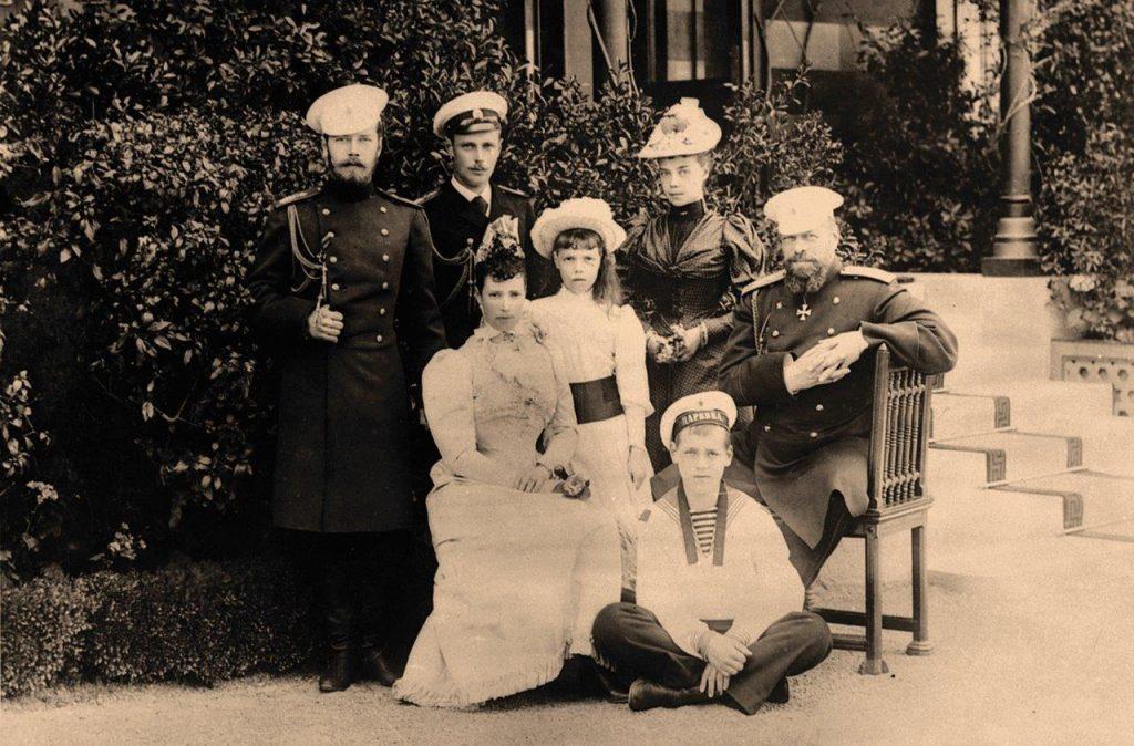 O Tzar Alexandre III com sua família. No círculo, seu fi lho, o futuro Nicolau II (de pé à esq.)