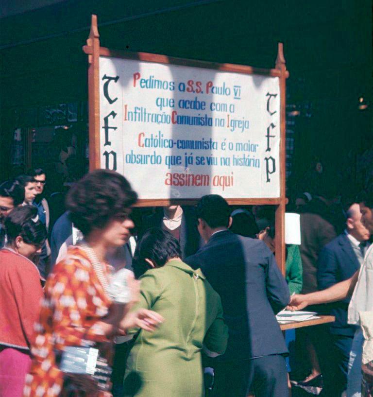 Membros da TFP em campanha de coleta de assinaturas no centro da capital paulista
