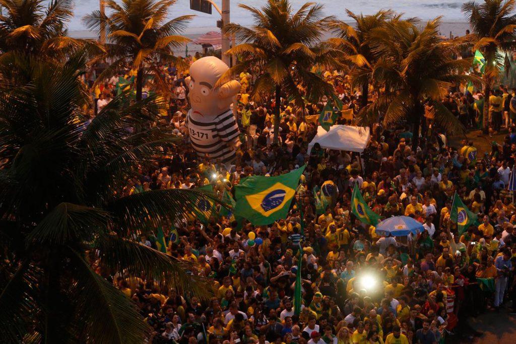 No Rio de Janeiro, comemoração da vitória em frente ao condomínio onde reside Bolsonaro