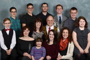 Dra. Catherine Pakaluk, professora de Investigação social e Economia na Universidade Católica da América, com seis de seus oito filhos
