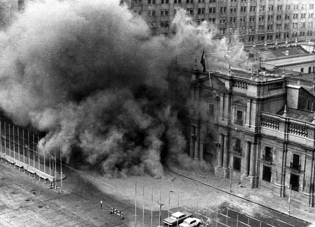 Momento do início do bombardeio contra o palácio de governo, no dia da derrocada de Allende pelas Forças Armadas do Chile