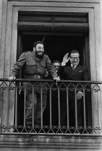"""Fidel Castro e seu """"camarada"""" Salvador Allende na sacada do Palácio de La Moneda, em Santiago do Chile"""