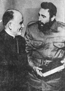 Duas simbólicas fotos do Cardeal Raúl Silva Hernríquez: à esquerda, no palanque da Unidad Popular cumprimentando Allende, e à direita com o ditador cubano Castro, ao qual presenteia com uma Bíblia...