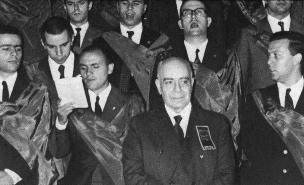 """A TFP promove em São Paulo, em vista da queda do comunismo no Chile, expressivo ato de regozijo, com o cântico do hino religioso """"Magnificat"""". Dele participam, como convidados de honra, diretores e militantes da TFP chilena que se encontravam na cidade."""