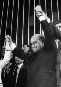 Num mau presságio, Tancredo adoeceu antes de assumir o cargo e faleceu semanas depois, sendo substituído por José Sarney.