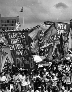"""O PC do B se apresenta exigindo as """"Diretas já"""",0 e não escondendo sua velha bandeira ideológica a favor da Reforma Agrária."""