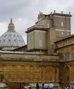 Torre dei Venti. No fundo: cúpula da Basilica de São Pedro.