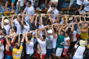 Milhares de católicos acompanham a procissão do Círio de Nazaré em Belém. A romaria que homenageia Nossa Senhora de Nazaré é a maior procissão católica do mundo