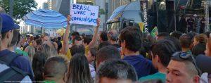 No cartaz: BRASIL LIVRE DO COMUNISMO