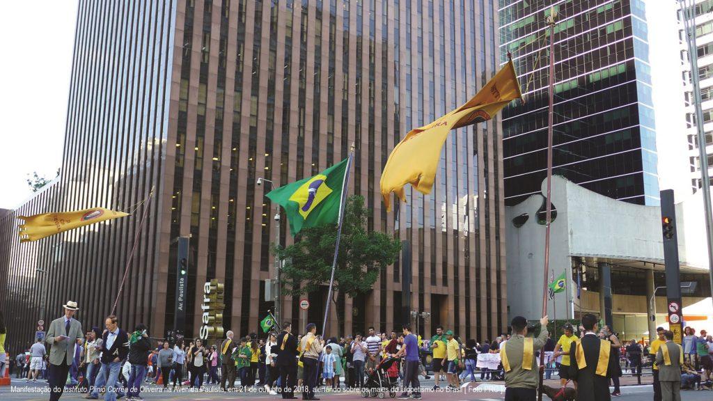 Manifestação do Instituto Plinio Corrêa de Oliveira na Avenida Paulista, em 21 de outubro de 2018, alertando sobre os males do lulopetismo no Brasil [ Foto PRC ]