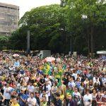 O Príncipe Dom Bertrand de Orleans e Bragança dirige palavras animando os manifestantes ao bom combate contra o aborto