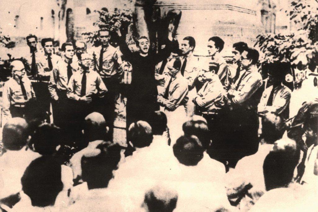 O então Padre Hélder Câmara dirige a palavra aos dirigentes da Ação Integralista Brasileira (AIB). Em 1934, passou a fazer parte do Conselho Supremo do movimento fundado por Plínio Salgado. As convicções da AIB frequentemente mantiveram uma posição mal definida em relação à Igreja e reconhecidamente a favor da doutrina nacional-socialista.
