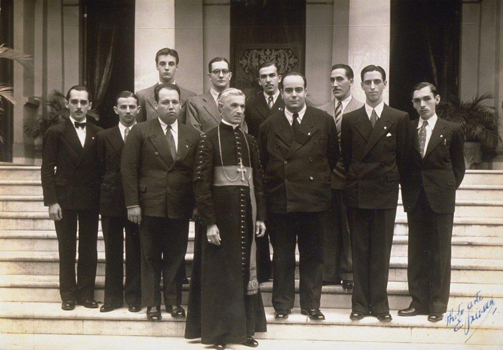 """O grupo de colaboradores do """"Legionário"""" junto a Dom Duarte Leopoldo e Silva, arcebispo de São Paulo. No círculo, o diretor do jornal, Plinio Corrêa de Oliveira."""