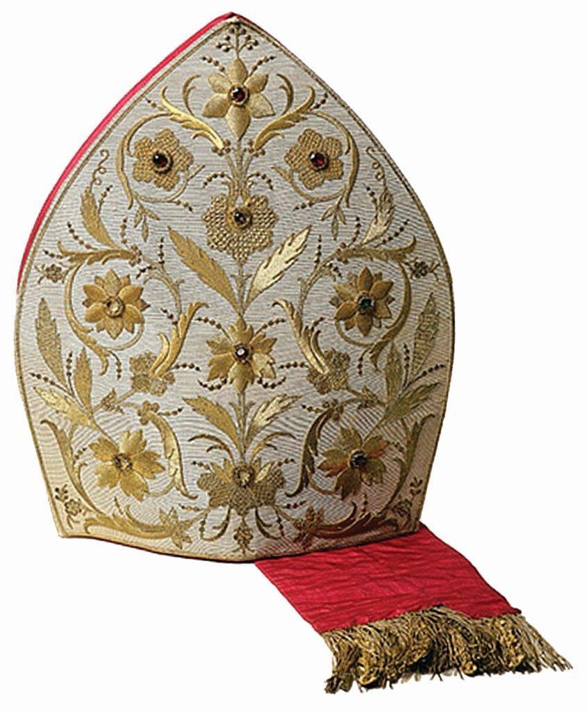 """A Autoridade Eclesiástica, com relação aos redatores do """"Legionário"""", nunca regateou a expressão espontânea e carinhosa de sua particular benevolência. Acima, bonita mitra episcopal."""