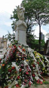 Aos pés do túmulo, o belo conjunto das coroas oferecidas em respeitosa homenagem