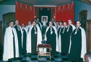 No oval, Dr. Paulo Brito como Irmão da Venerável Ordem Terceira do Carmo