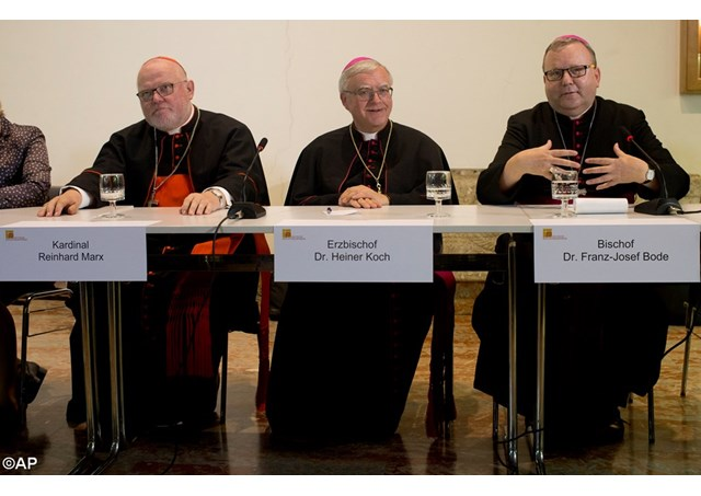 Da esquerda para a direita: O Cardeal Marx, o Arcebispo Koch e o Bispo Bode