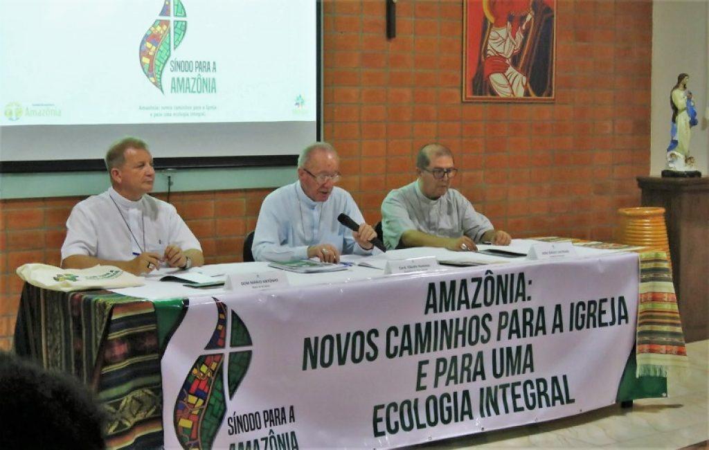 """No centro, o cardeal Cláudio Hummes, que tem alardeado o """"Sínodo para a Amazônia""""."""