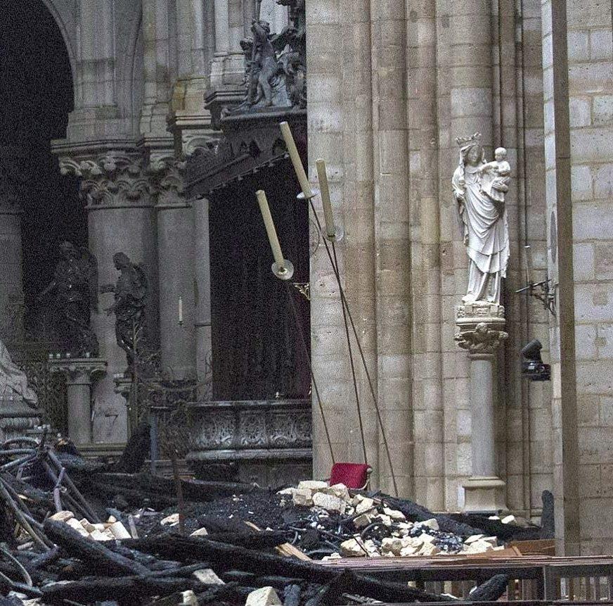 A bela imagem medieval de Notre Dame de Paris, ficou intacta rodeada de escombros do incêndio