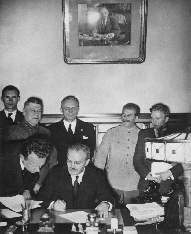 O vínculo entre o regime comunista e o nazista tornou-se patente com a assinatura do Pacto Ribbentrop-Molotov, que Hitler e Stalin selaram em 1939
