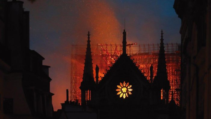 Notre Dame de Paris, a luz e as chamas
