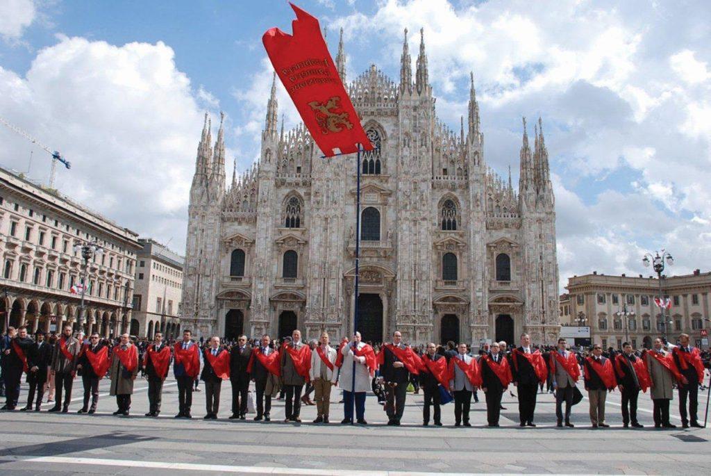 Campanha da TFP italiana em frente à Catedral de Milão
