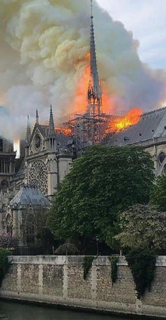 15 de abril de 2019: chamas vorazes incendeiam Notre-Dame