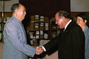 Tanaka cumprimenta Mao Tsé-Tung