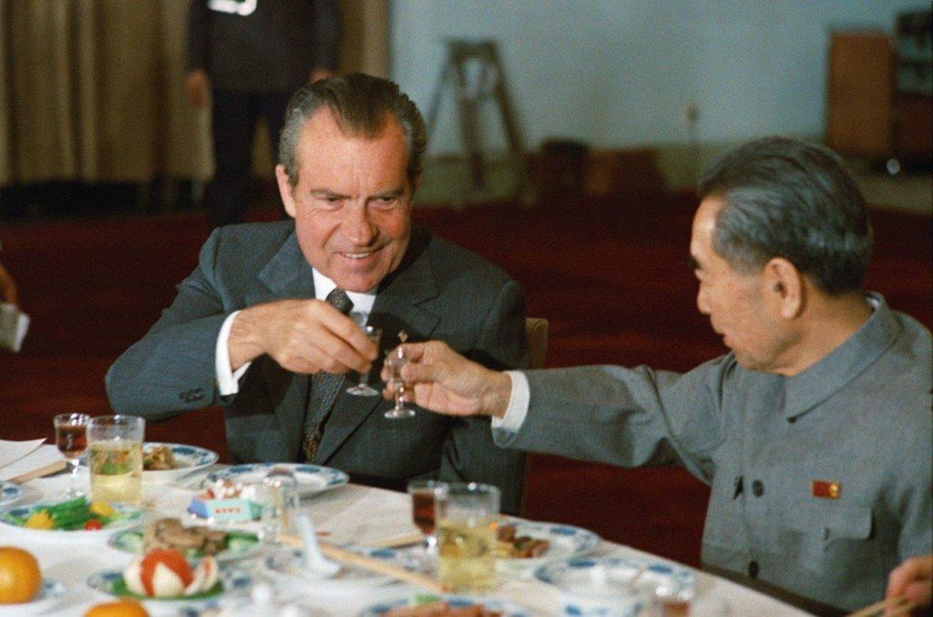 O presidente Nixon, no café da manhã em Pequim, na companhia de Chou En-lai, em 1972.