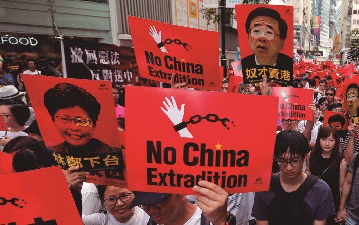 Em Hong Kong, multidão rejeita extradição de opositores