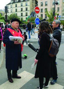 Jean Goyard sendo entrevista em Pari