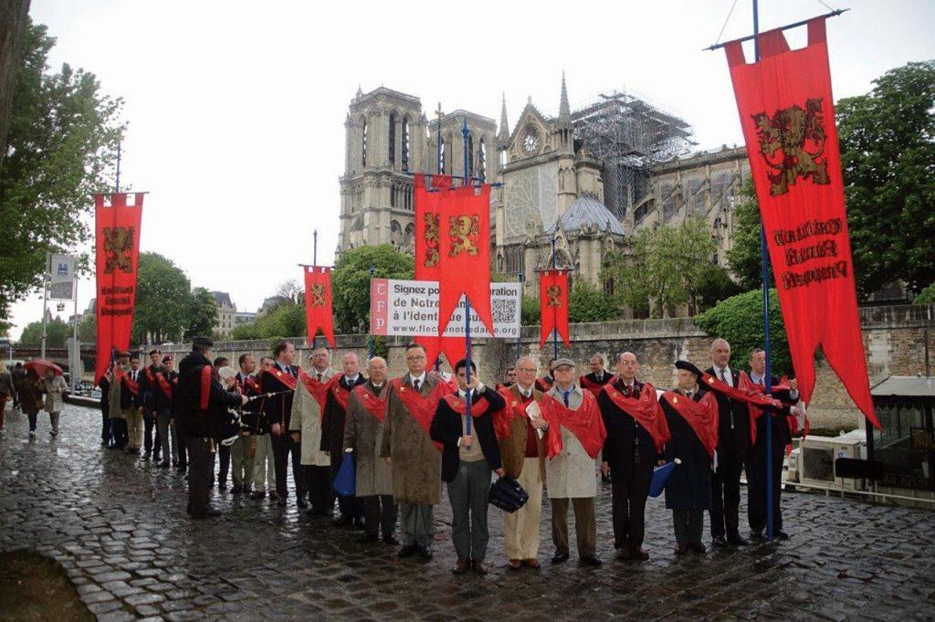 Membros da TFP, no final da campanha, diante de Notre-Dame