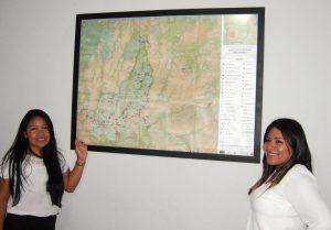As duas irmãs – Miriam Paresi, enfermeira,                    e a advogada Sonia Paresi – mostram o Mapa da Reserva Indígena dos Parecis