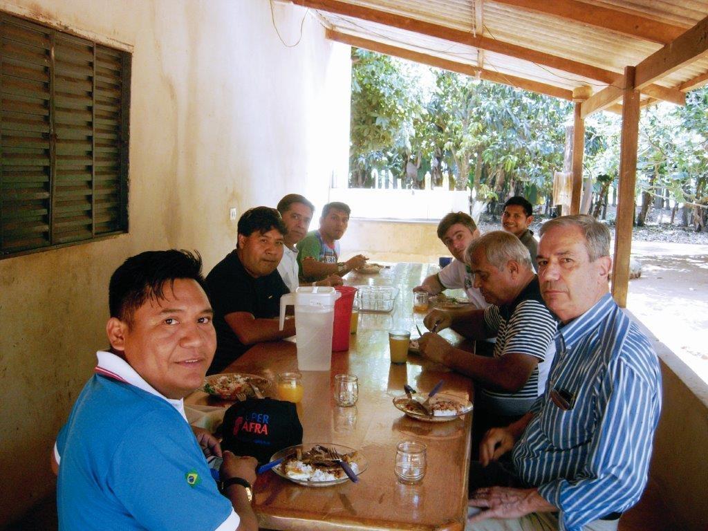 Almoço no alojamento dos indígenas, junto à unidade de produção de grãos.