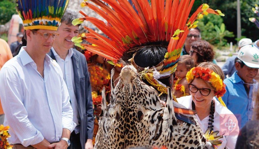 Os ministros do Meio Ambiente, Ricardo Salles, e da Agricultura, Tereza Cristina, vestiram-se de indígenas nesta 4ª feira (13.fev.2019) ao participar do 1º Encontro Nacional do Grupo de Agricultores Indígenas do Povo Pareci, em Campo Novo do Parecis (MT).