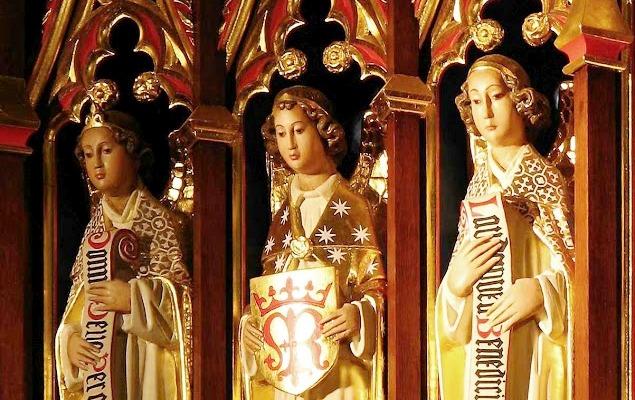 Os Arcanjos São Miguel, São Gabriel e São Rafael na corte celeste