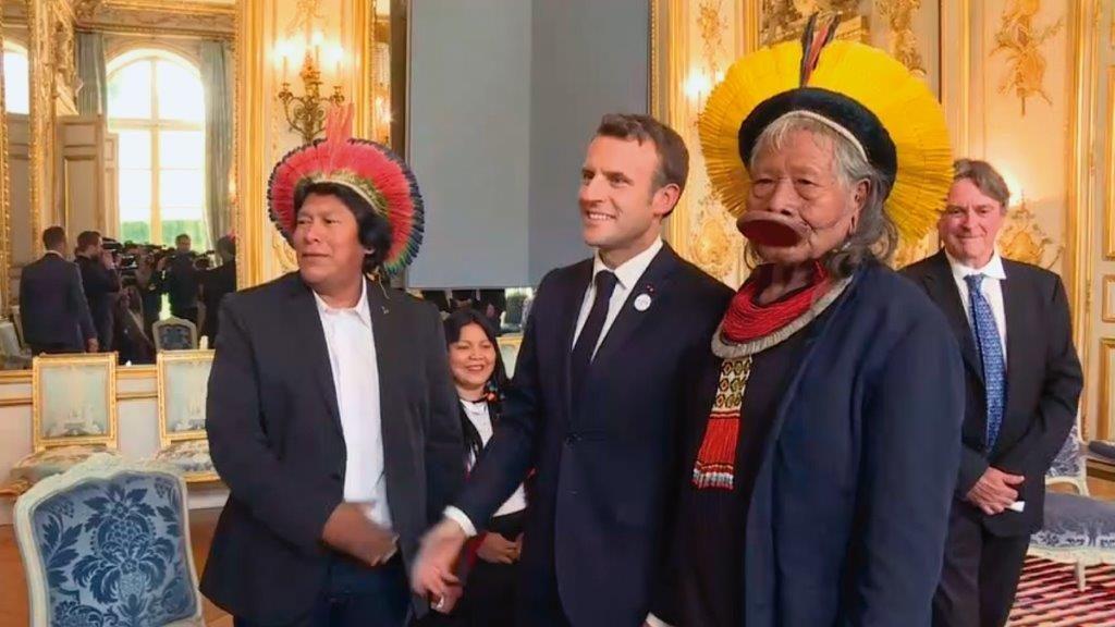 Macron recebe indígenas brasileiros, que são dirigidos por ONGs internacionais