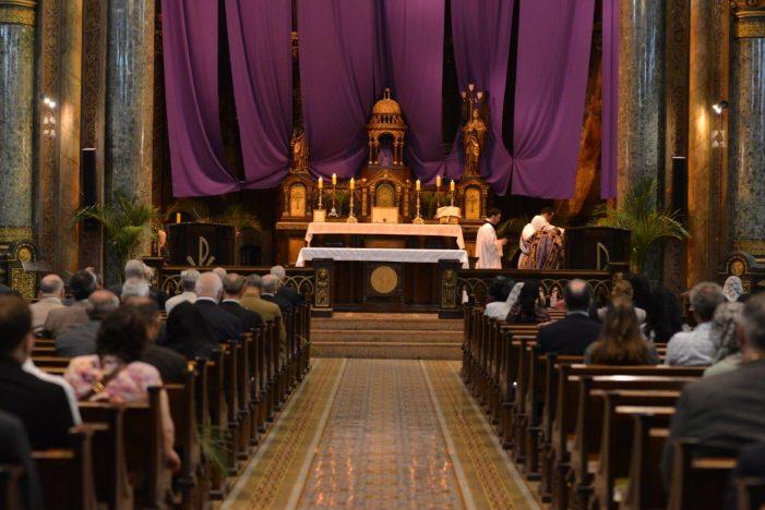 Bispos ou sacerdotes podem proibir a comunhão na boca? Qual é a legislação da Igreja a respeito?