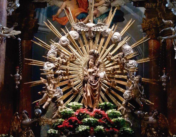 Imagem de Nossa Senhora vítima de uma machadada