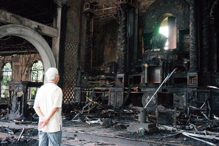 Jesus Sacramentado intacto nas cinzas de igreja incendiada