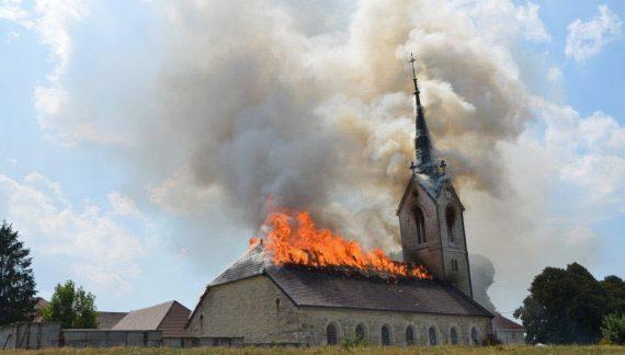 Possessões e incêndios de igrejas preludiam 'perseguição generalizada'